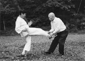 Sawai sensei explaining defense against frontkick 4